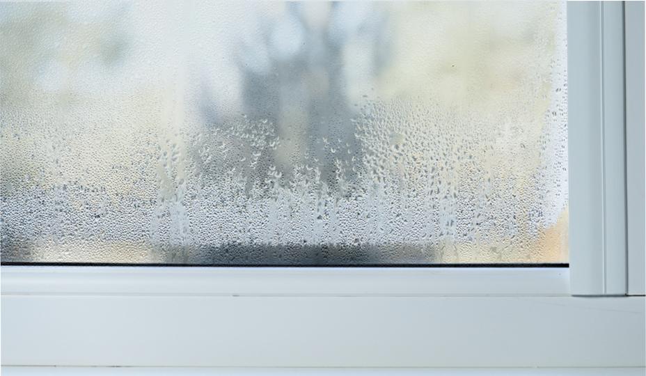 ventana con niebla entre los 2 cristales